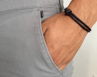 Há muita variedade nos modelos de pulseira de couro