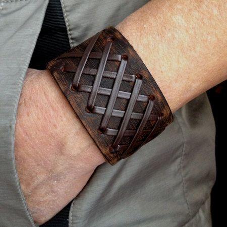 Os adornos destacam a pulseira de couro masculina