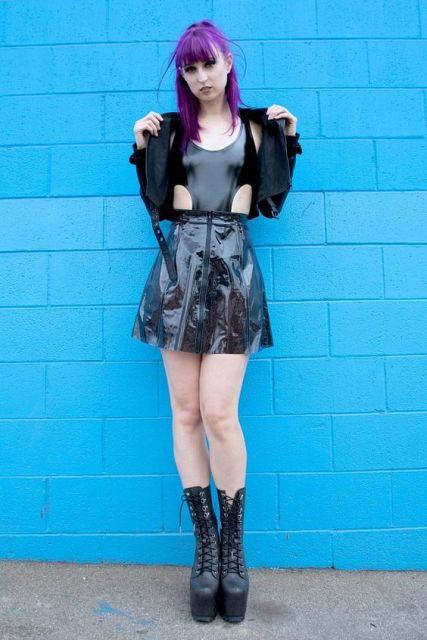 look preto com saia de plástico