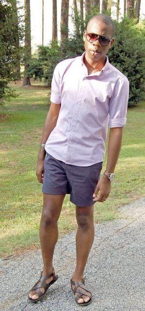 A sandália masculina vai muito bem com short curto