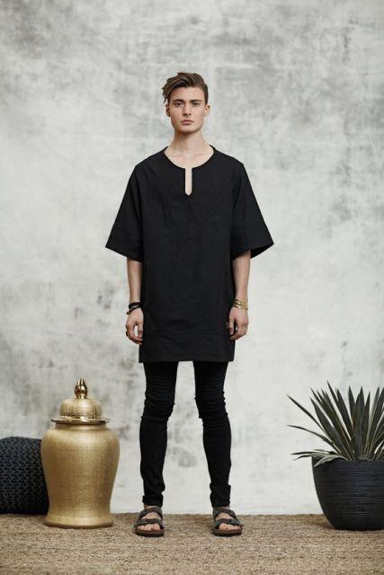 Com o look todo preto: camiseta oversized + calça skinny