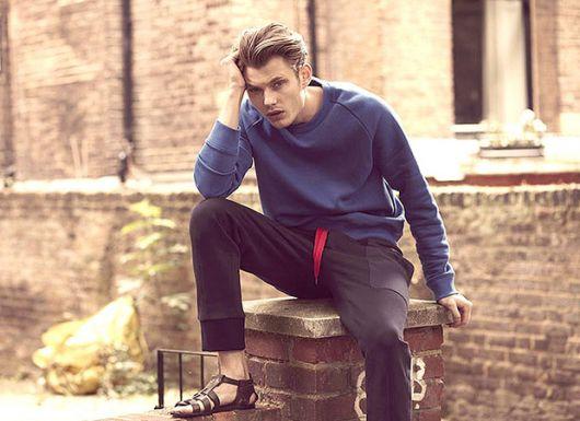 Até em looks casuais para o inverno a sandália masculina fechada é bem-vinda