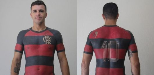 O torcedor mostrou todo seu amor pelo clube tatuando a camiseta em um padrão super realista.