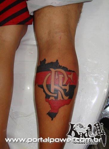Tattoo na perna representando o Flamengo como um dos maiores clubes do Brasil