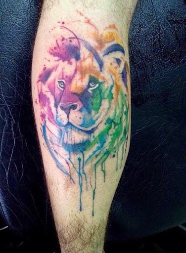 Não é à toa que a tattoo aquarela é uma tendência que está agradando moças de todas as idades