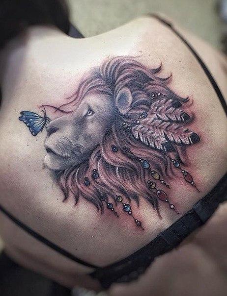 Leão sombreado com a juba decorada e a borboleta