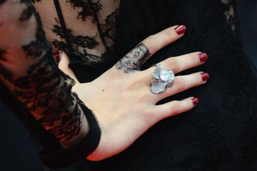 Tatuagem de leão no dedo combinando com o anel