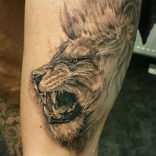 Tatuagem de leão no braço