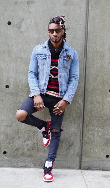 Camiseta swag estampada + jaqueta jeans + calça rasgada no joelho + tênis cano alto