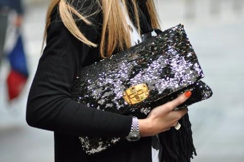 modelo usa bolsa preta carteira de lantejoulas.