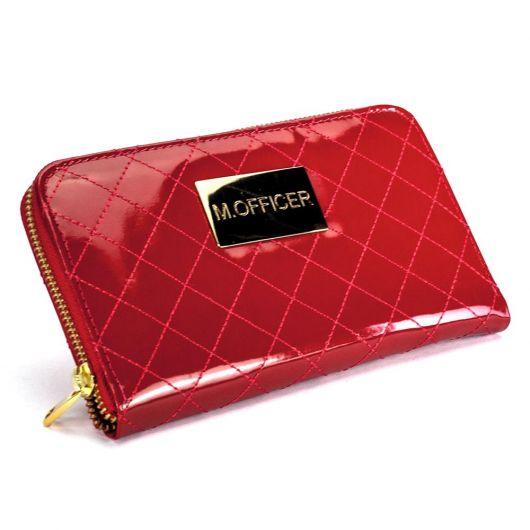 carteira vermelha com detalhe dourado.