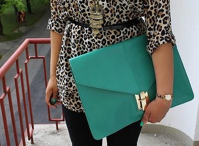 modelo usa carteira de couro verde tamanho grande.