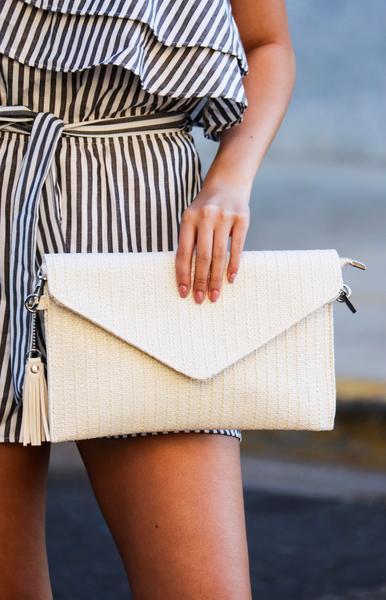 modelo segura carteira feminina branca.