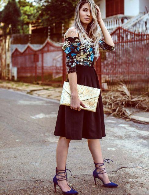 modelo usa calça pantacourt preta, sandaklia de tiras,blusa estampada.