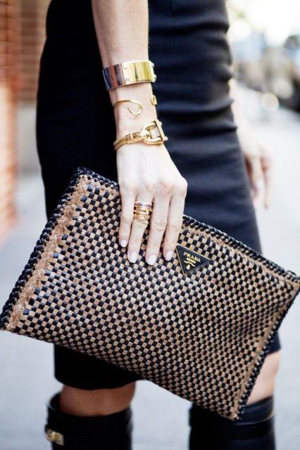 modelo segura carteira de couro feminina grande.