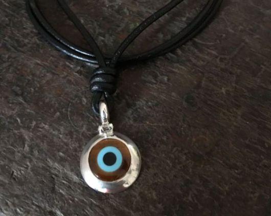 colar olho grego com colar de couro