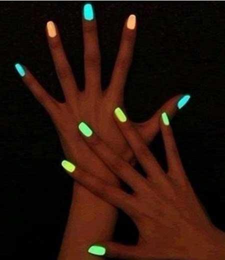mão com esmalte neon