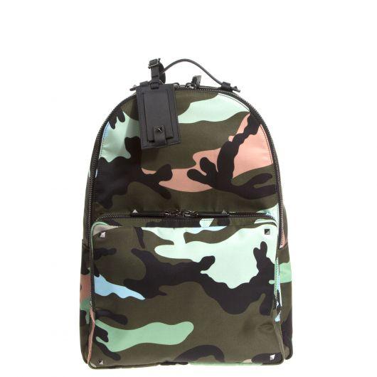 Cores mais claras dão um toque moderno à mochila camuflada