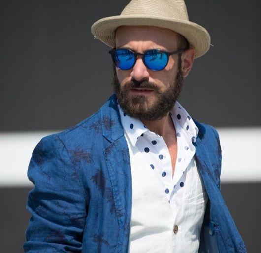 Com chapéu para incrementar o look social em dias de sol forte