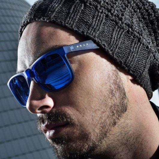 Óculos azul escuro com touca de lã