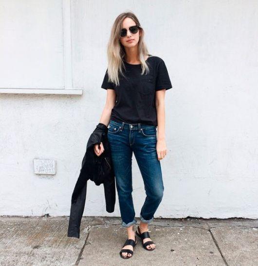 modelo usa jeans, camiseta preta e rasteirinha.
