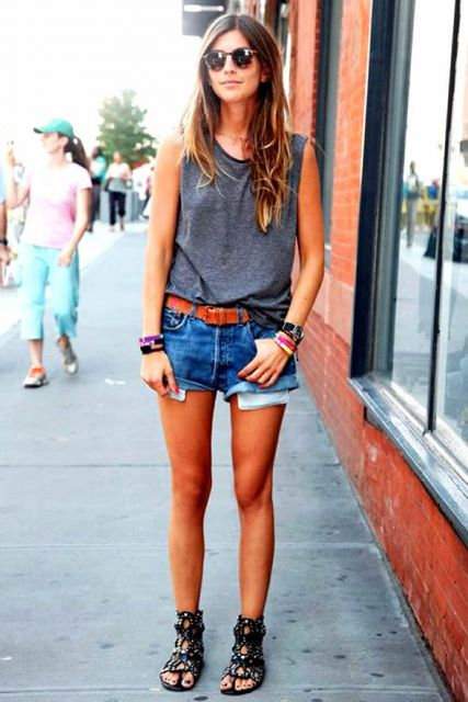 modelo veste short azul jeans, camisetinha, rasteirinha preta.