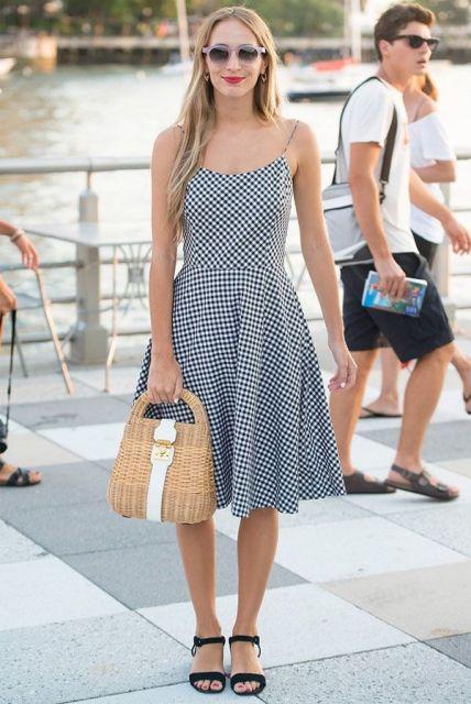 modelo usa vestido curto e rasteirinha preta.