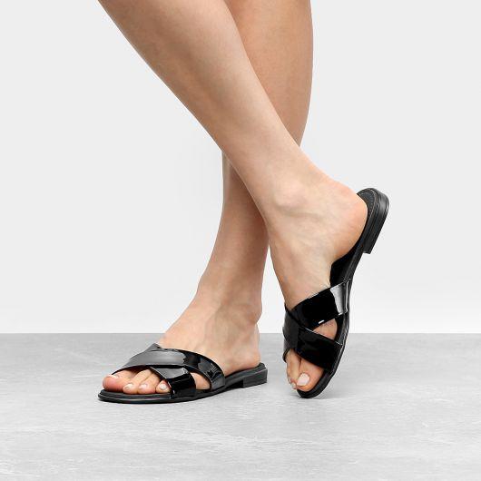 modelo usa chinelo preto de tiras médias.