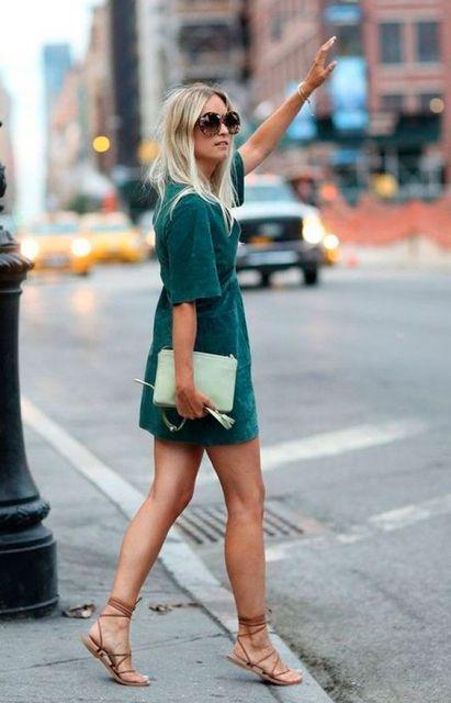 modelo usa vestido verde e rasteirinha nude.