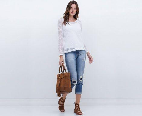 modelo usa calkça jeans, rasteirinha caramelo e blusa branca.