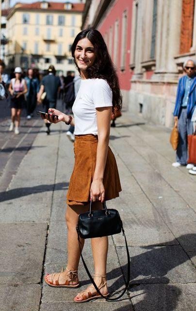 modelo veste saia caramelo, blusa branca e rasteirinha de couro.