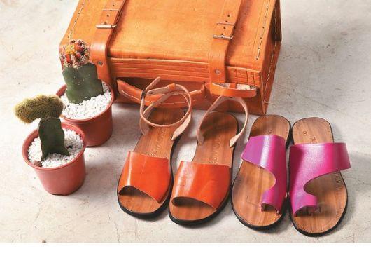 modelos de rasteirinhas de couro nas cores rosa e laranja.