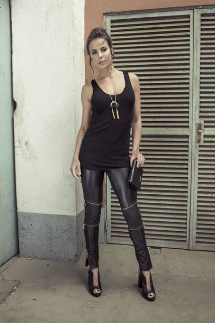 regata preta feminina com calça preta de couro