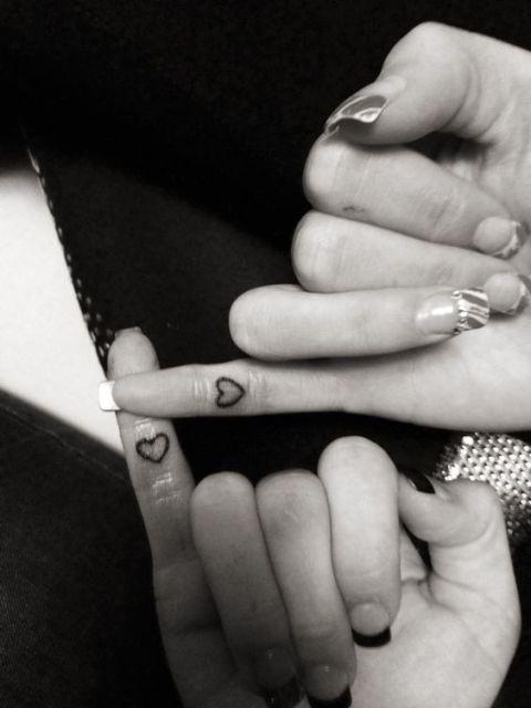 tatuagem de amigas no dedo