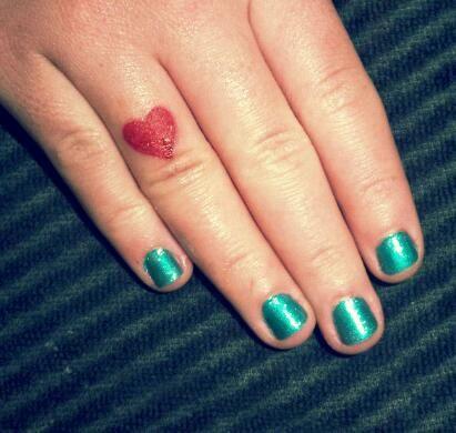 tatuagem vermelha dedo anelar