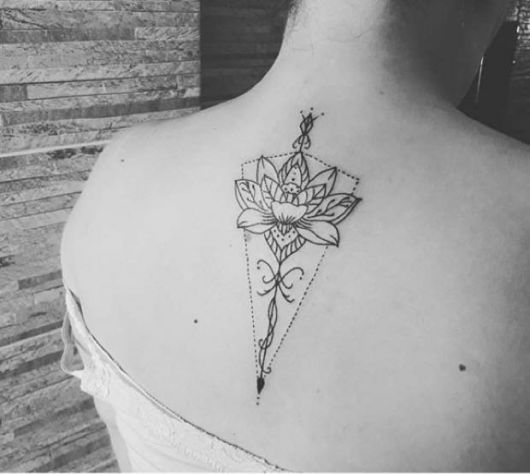modelo com tatuagem flor de lótus nas costas.