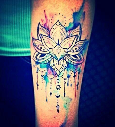 tatuagem flor de lótus no braço.