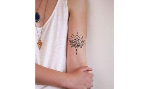 tatuagem de mandala flor de lotus no antebraço.