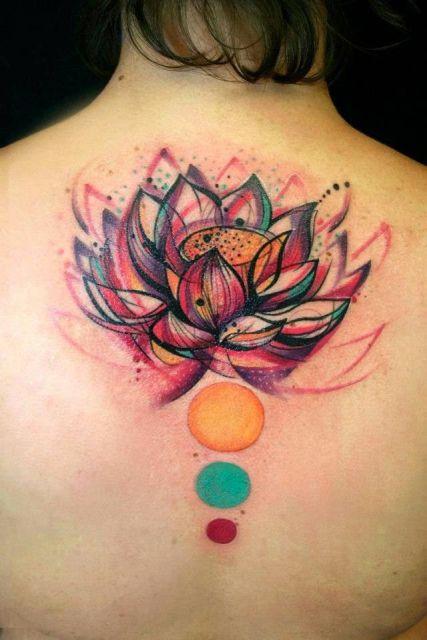tatuagem flor de lótus nas costas nas cores amarelo, verde e vermelho.