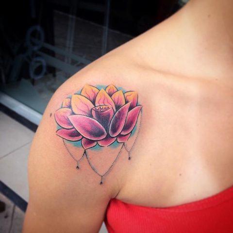 tatuagem nas cores rosa e laranja no ombro.