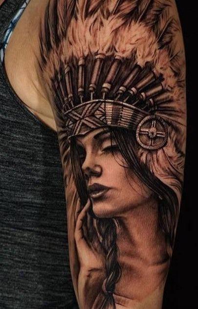 Tatuagem indígena americana com toques modernos