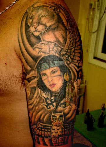 Tatuagem com muitas referências: índia, onça, totem... várias representações dessa cultura rica