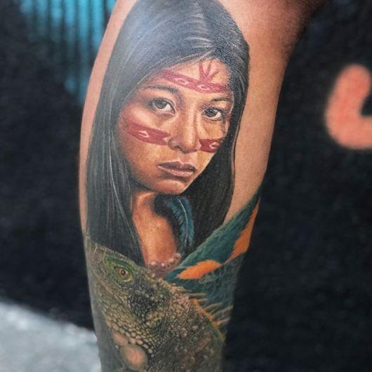 Rosto indígena na tatuagem no braço