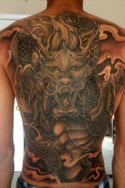 O rosto do dragão em destaque na tattoo sombreda
