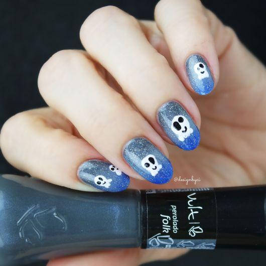 unhas azuis decoradas com fantasminha.