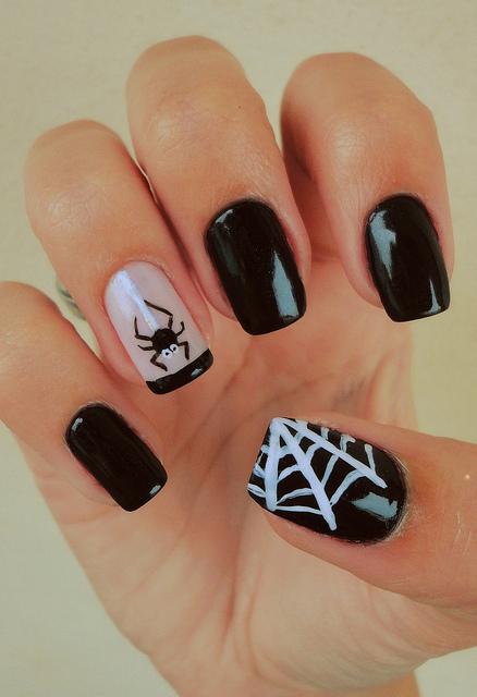 unha decorada com aranha e teias nas cores preta com branca.