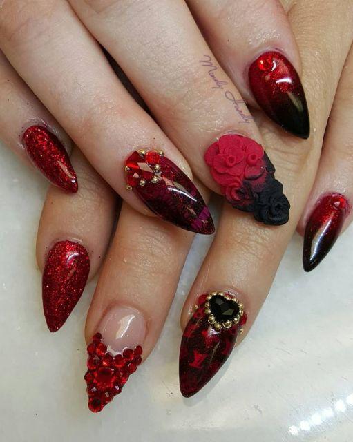 modelo com unha decorada na cor vermelha em estilo stilleto.