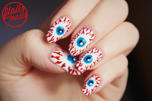 unhas decoradas com olhos estralados.