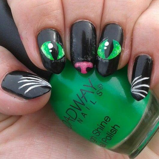 unhas decoradas com as cores preto, verde e rosa.
