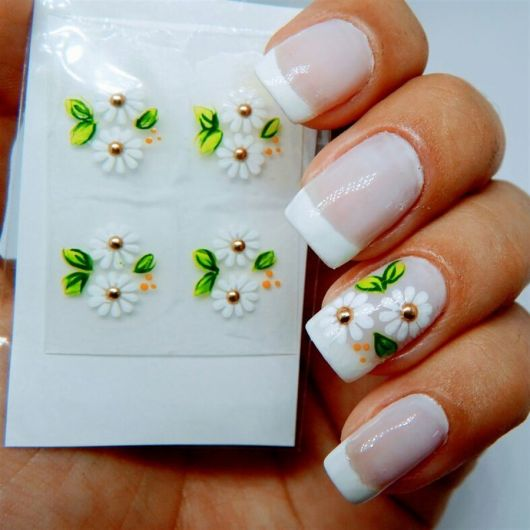 modelo usa unhas brancas com flores brancas margaridas.